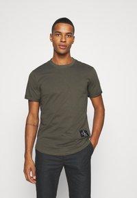 Calvin Klein Jeans - BADGE TURN UP SLEEVE - T-shirts basic - deep depths - 0