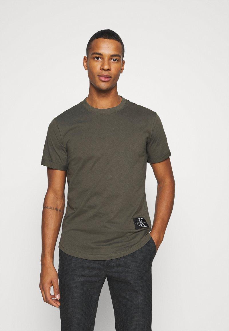 Calvin Klein Jeans - BADGE TURN UP SLEEVE - T-shirts basic - deep depths