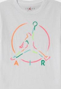 Jordan - IN THE PAINT UNISEX - T-shirt print - white - 2