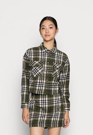 VMSHAY CROPPED SHIRT - Button-down blouse - ivy greenchecks black