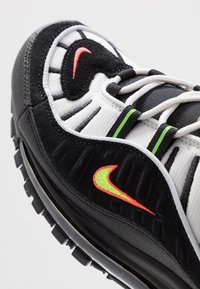 Nike Sportswear - AIR MAX 98 - Sneakersy niskie - platinum tint/black/electric green/bright crimson - 8