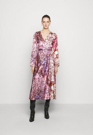 TILLY - Maxi dress - marble ivory/ marble guaiava