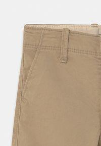 GAP - TODDLER BOY  - Shorts - sand - 2