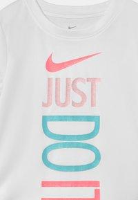 Nike Sportswear - SPRINTER SET - Camiseta estampada - arctic punch - 3