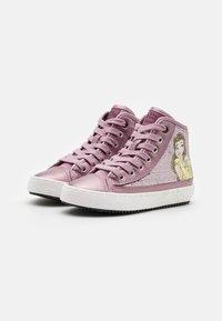 Geox - DISNEY PRINCESS BELLE KALISPERA GIRL - Sneakers hoog - dark rose - 1