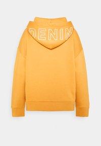 TOM TAILOR DENIM - BOLD WORDING HOODY - Sweatshirt - golden amber - 1