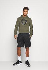 New Era - NFL DIGI OAKLAND RAIDERS HOODY - Klubové oblečení - mottled olive - 1