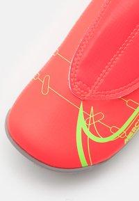 Nike Performance - MERCURIAL JR VAPOR 14 CLUB MG UNISEX - Moulded stud football boots - bright crimson/metallic silver - 5