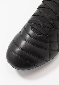 Umbro - MEDUSÆ III CLUB - Scarpe da calcetto con tacchetti - black/carbon - 5