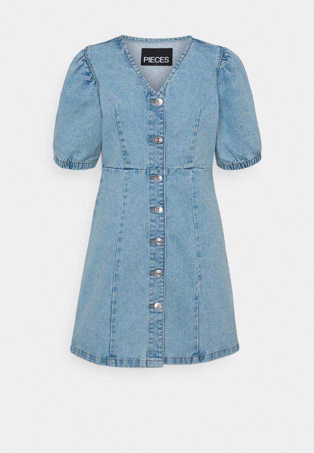 PCGILI V NECK COLOURED DRESS  - Sukienka jeansowa - light blue denim