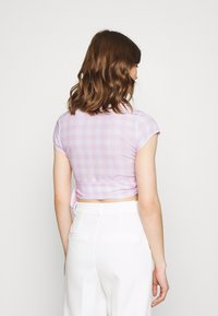 Glamorous - WRAP CROP TOP WITH TIE LOW VNECK AND SHORT SLEEVES - T-shirts med print - lilac gingham - 2