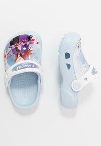 Crocs - DISNEY FROZEN 2 ELSA & ANNNA  - Sandály do bazénu - mineral blue - 1
