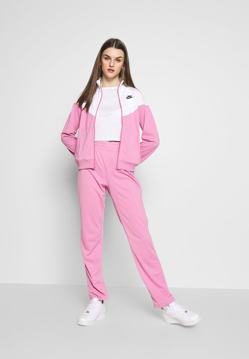 Nike Sportswear - TRACK SUIT SET - Hettejakke - magic flamingo/white