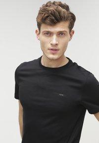 Michael Kors - Basic T-shirt - black - 3