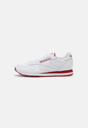 CL LTHR UNISEX - Sneakersy niskie - white/flash red