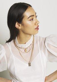 Pieces - PCNAMO COMBI NECKLACE - Necklace - gold-coloured - 1