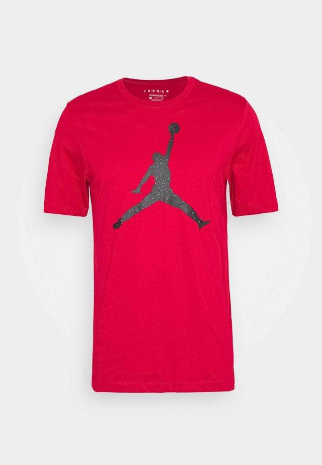 JUMPMAN FILL CREW - Camiseta estampada - gym red/black