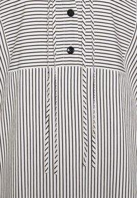 Proenza Schouler White Label - STRIPED PAJAMA CAFTAN - Denní šaty - optic white/cream/black - 2