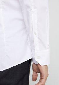 HUGO - ELISHA SLIM FIT - Kostymskjorta - white - 3