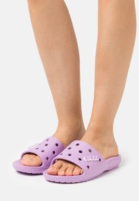 Crocs - CLASSIC SLIDE - Sandály do bazénu - orchid - 0
