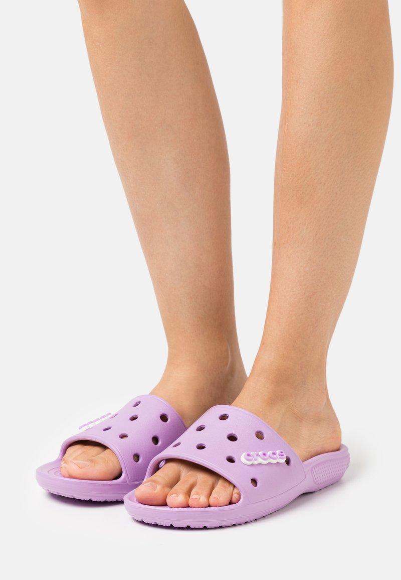 Crocs - CLASSIC SLIDE - Sandály do bazénu - orchid