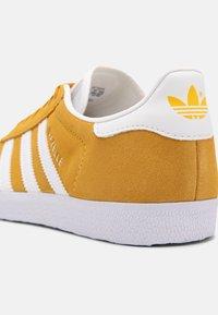 adidas Originals - GAZELLE SHOES - Trainers - crew yellow/white - 6
