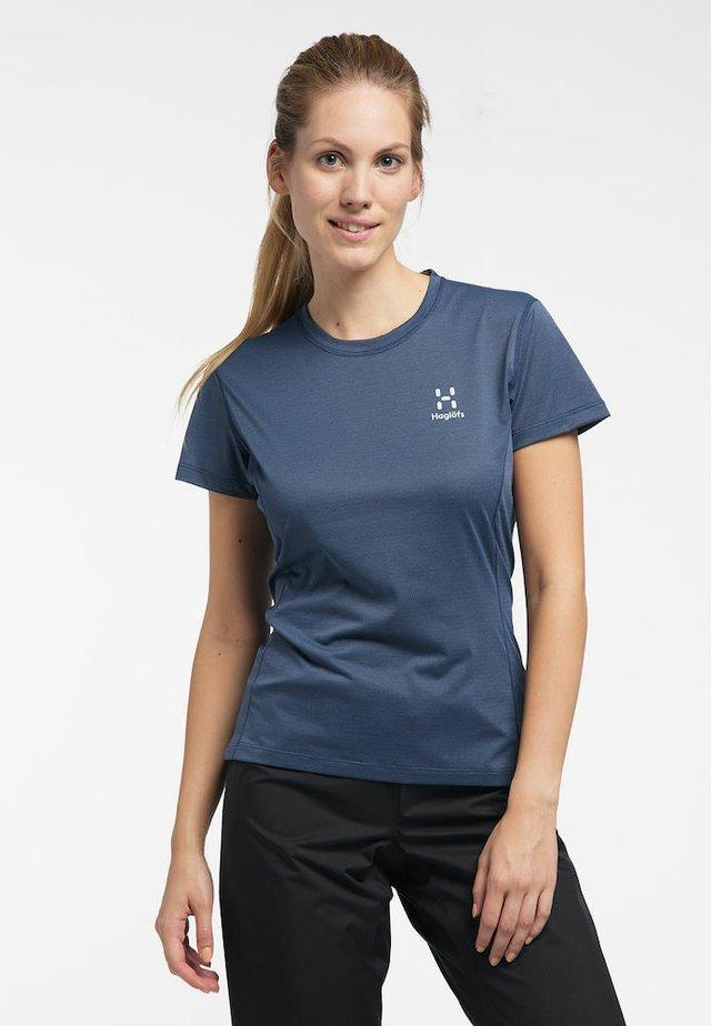 L.I.M STRIVE TEE - Print T-shirt - tarn blue