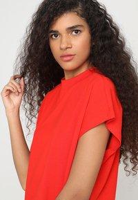 Weekday - PRIME DRESS - Žerzejové šaty - red - 4
