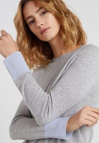 pure cashmere - CLASSIC CREW NECK - Jumper - light grey/baby blue - 4