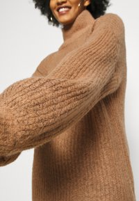 Noisy May - NMROBINA HIGH NECK DRESS - Strikket kjole - camel melange - 5