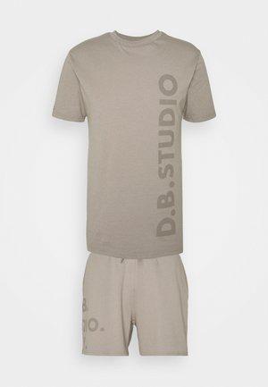 TEE AND SHORT SET UNISEX - T-shirt med print - stone