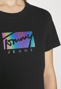 Tommy Jeans - REGULAR METALLIC BOX TEE - Printtipaita - black - 5