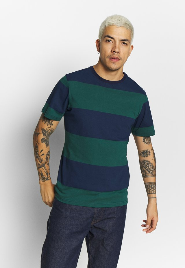 ANOTHER INFLUENCE STRIPE - Print T-shirt - navy/green
