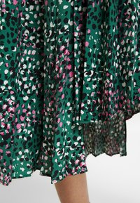 Topshop - PAINTED SPOT PLEAT MIDI - A-line skirt - green - 3