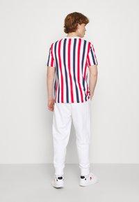 Calvin Klein Jeans - MICRO BRANDING PANT - Teplákové kalhoty - white - 2