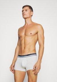 Calvin Klein Underwear - TRUNK 3 PACK - Pants - cinde/light grey heather/lost blue - 4