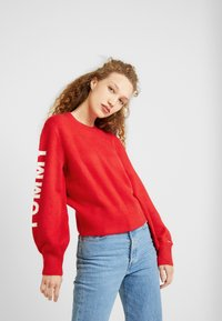 Tommy Jeans - LOGO SLEEVE DETAIL - Pullover - racing red - 0