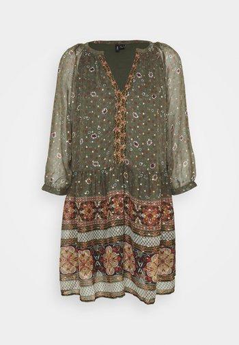 VMBOHEMEA SHORT DRESS - Kjole - ivy green/bohemea