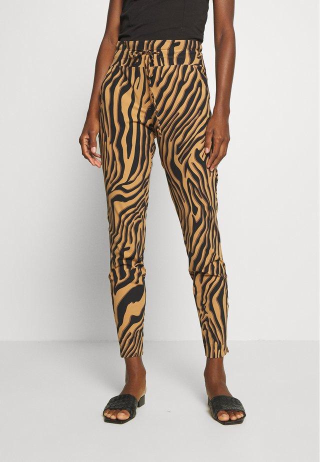 GFARAH - Pantalones - mokka