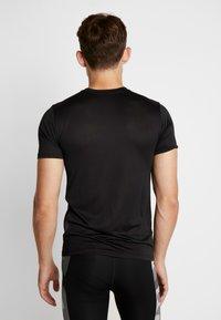 Nike Performance - TEE - T-shirt med print - black - 2