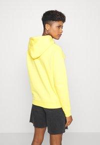Tommy Jeans - BADGE HOODIE - Hoodie - star fruit yellow - 2
