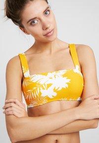 Seafolly - WILD BANDEAU  - Góra od bikini - saffron - 4