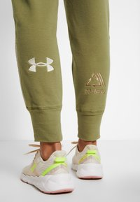 Under Armour - POLAR PANT - Friluftsbukser - outpost green/elite beige/beta red - 4