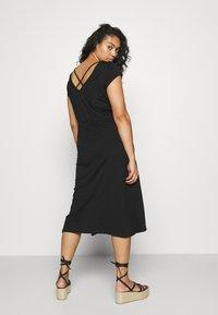 ONLY Carmakoma - CARAPRIL LIFE STRING DRESS - Žerzejové šaty - black - 2