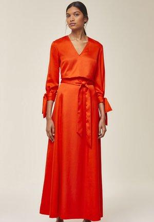 MIT GÜRTEL - Maxi skirt - mandarin red