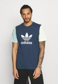 adidas Originals - BLOCKED TREF UNISEX - T-shirt con stampa - crew nacy/hazy green/ice yellow - 0