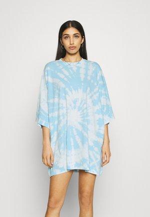 HUGE - T-shirt imprimé - light blue/white
