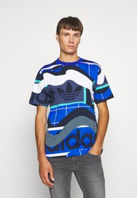 adidas Originals - TEE - T-shirt med print - tech indigo - 0