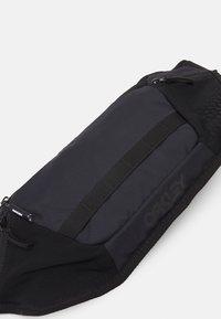 Oakley - BELT BAG UNISEX - Bum bag - blackout - 4