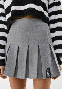 Bershka - MIT KELLERFALTEN - Pleated skirt - light grey - 3